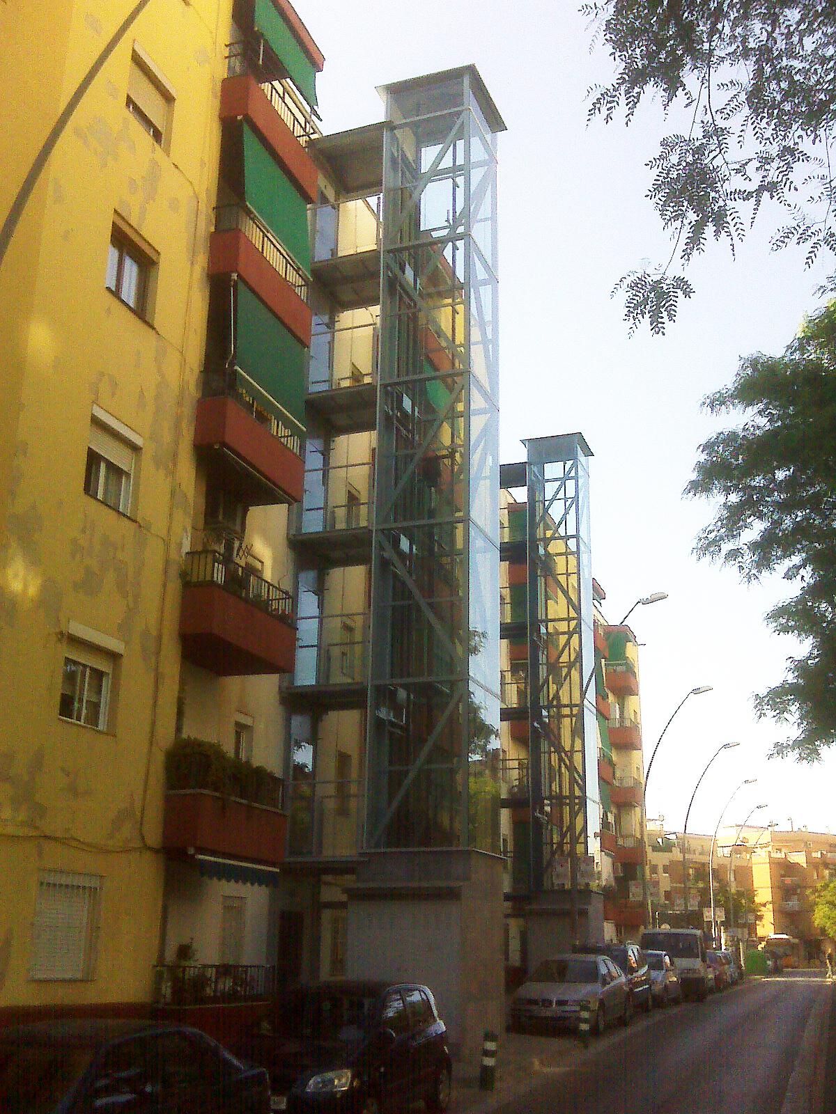 Estructura exterior unida al edificio a través de pasarelas (Sant Boi, BCN)