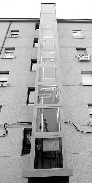 Rehabilitación: ascensor hidráulico adosado