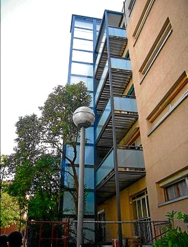 Estructura auto portante: Ascensor exterior en un bloque del barrio de La Pau (Bcn)